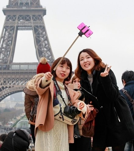 6749cf chinese tourists in paris x220
