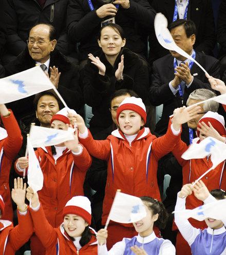 32f3b6 north korean cheerleaders 012 x220