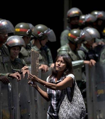 Fb8e6e maduro protest x220