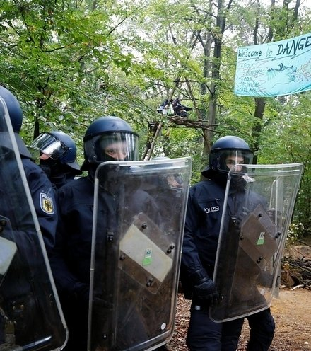 0653d3 german police attack to forest x220