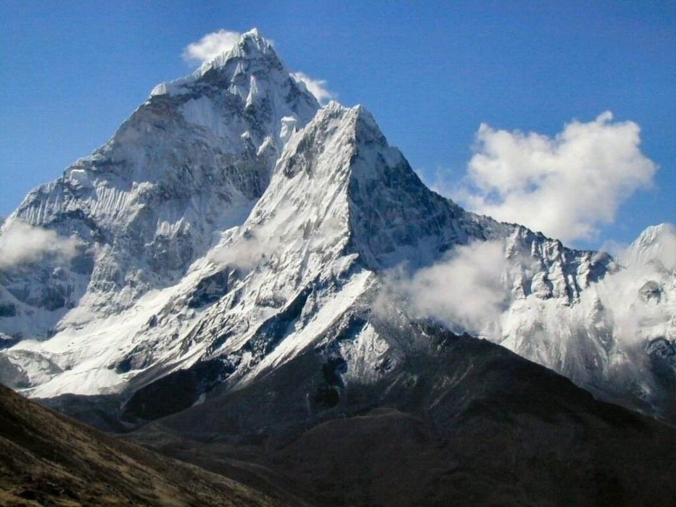 Дэлхийн дээвэр Эверест уулнаас гурван тонн хог буулгаад байна