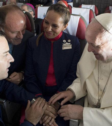 Ae94e6 pope on plane 1 x220