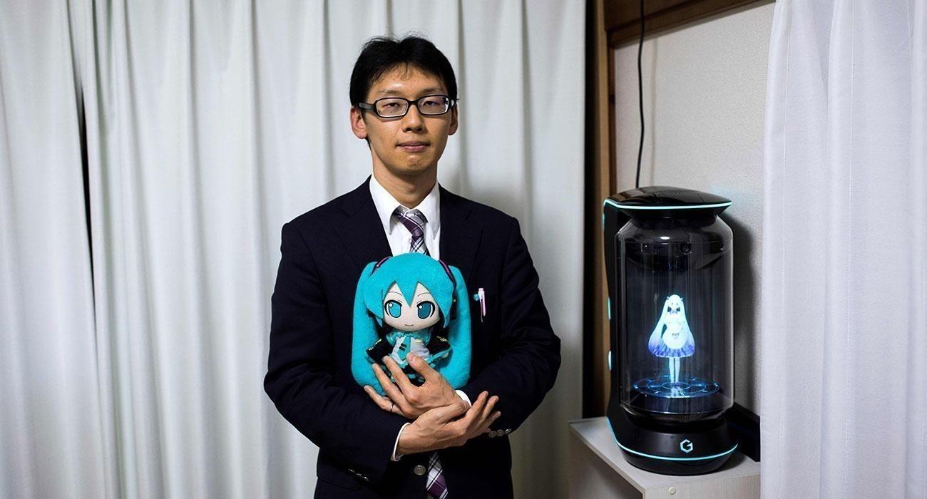 Япон залуу голограмаар бүтээсэн виртуал дуучин бүсгүйтэй гэрлэжээ