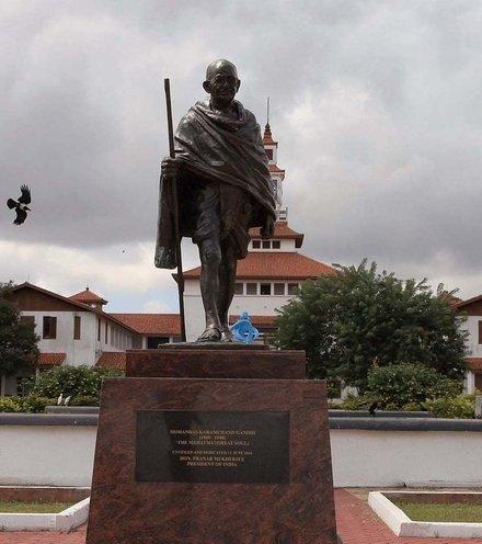 E57be3 gandhi statue ghana x220