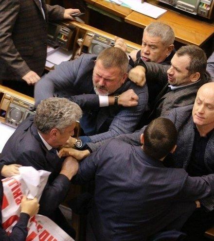 C09caf ukrainian parliament fight x220
