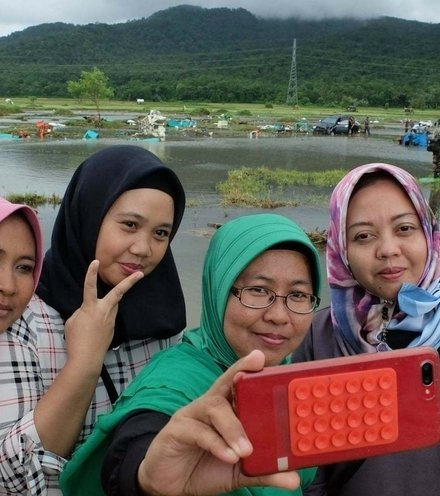 Dbf76d tsunami selfie 1 x220