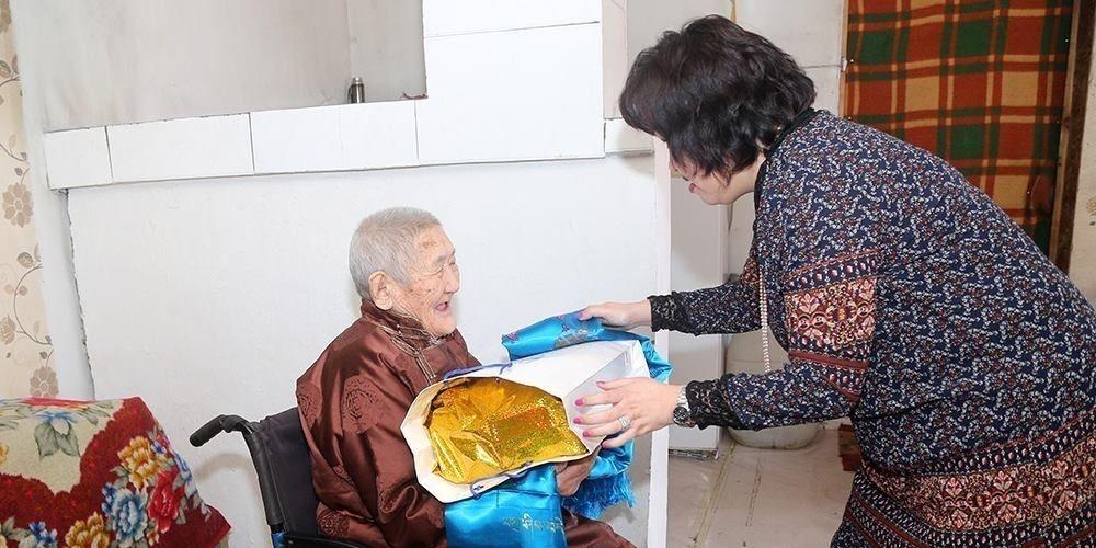 Нийслэлд амьдарч байгаа 98, 99 настай ахмадуудад хүндэтгэл үзүүлэв