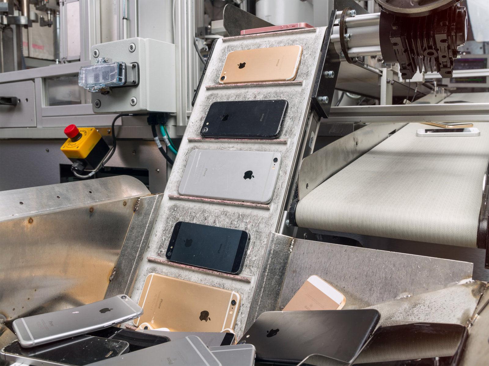 Apple компани цагт 200 ширхэг iPhone устгадаг роботтой болсноо зарлажээ