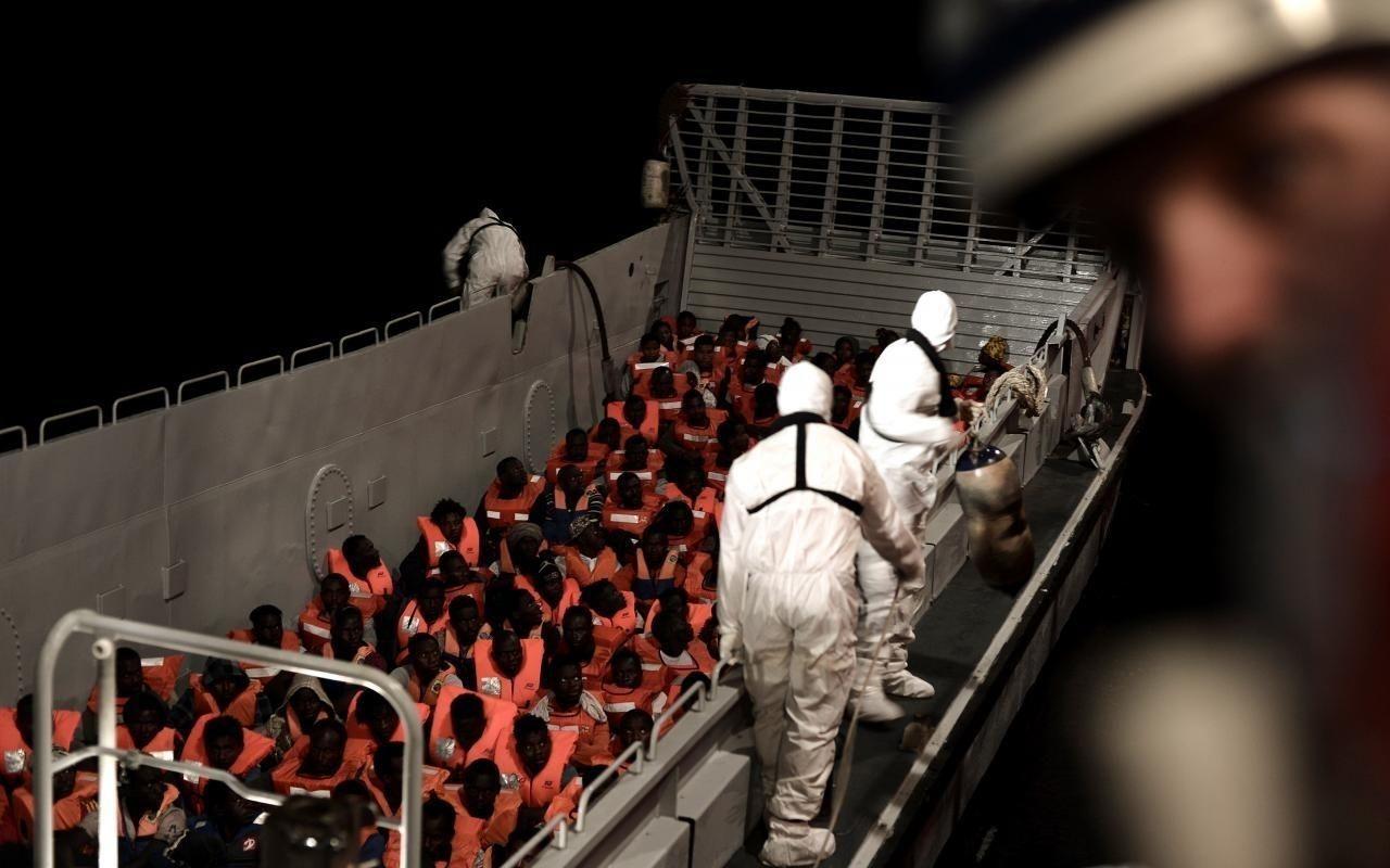 Африк дүрвэгчдийн завийг Итали, Мальта хүлээж авахаас татгалзаж, Испани зөвшөөрлөө