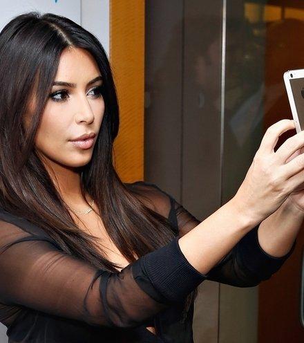 00c4a8 kim kardashian selfie 1  x220