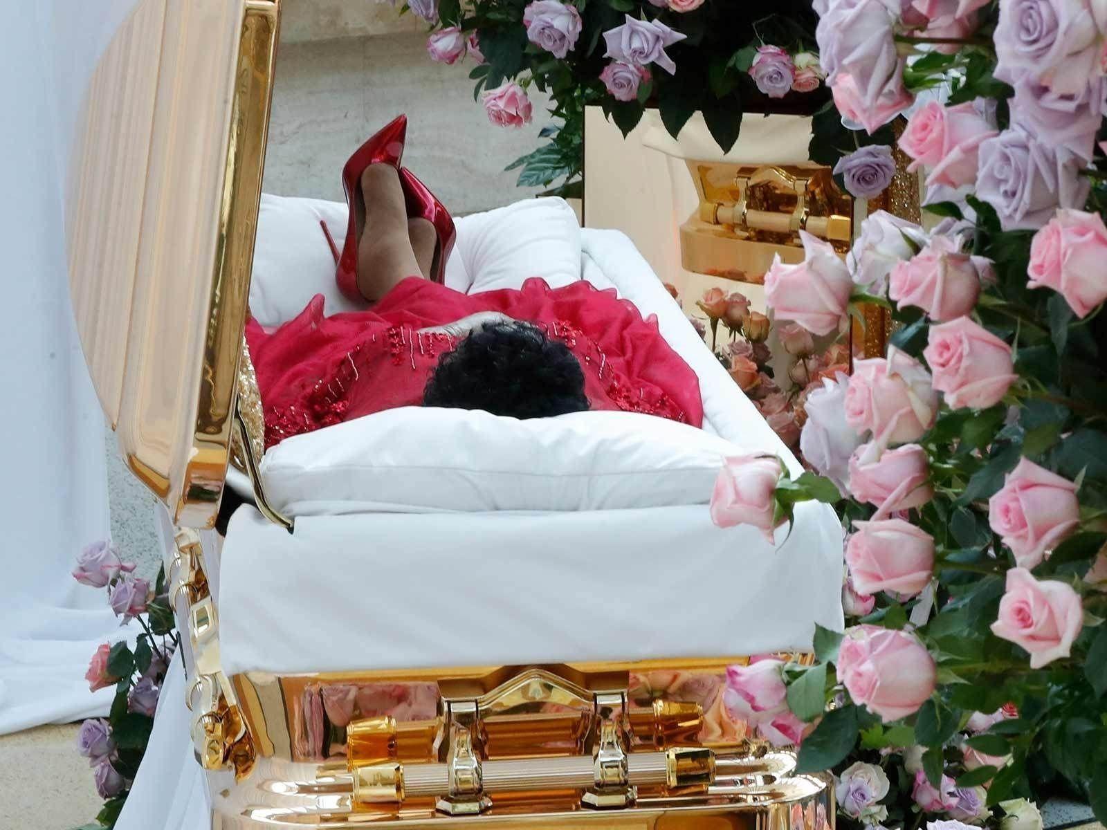 Арета Фрэнклиний шарилыг алтадсан авсанд улаан даашинз, өндөр өсгийттэй залжээ
