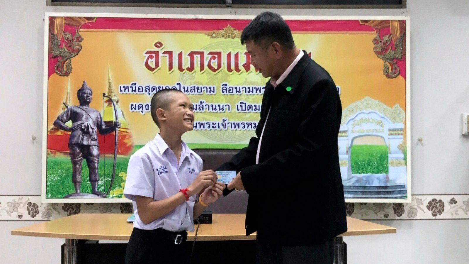 Агуйгаас АВРАГДСАН хөвгүүдэд Тайланд улс ИРГЭНШИЛ олгожээ