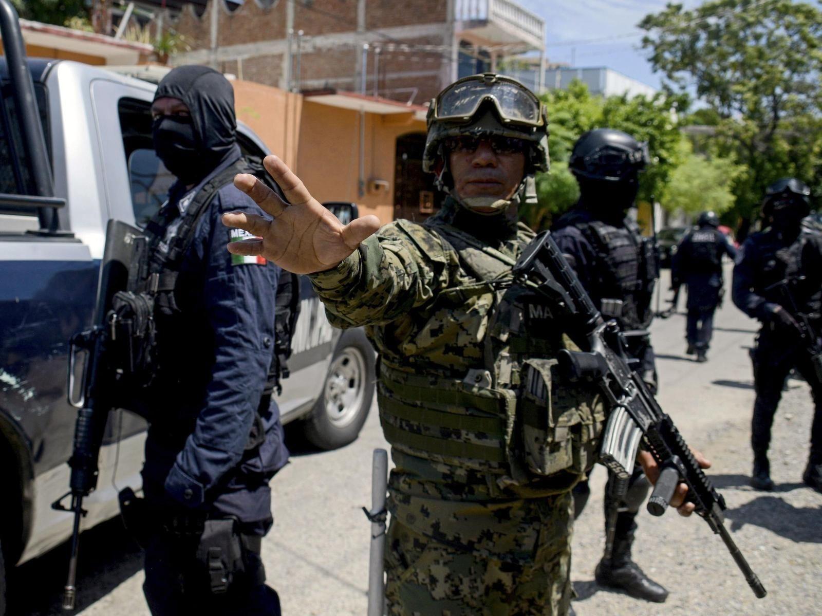 Мексикийн арми мафийн гар хөл болсон цагдаа нарын зэвсгийг хураажээ