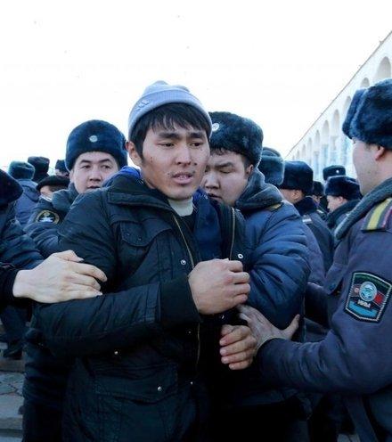 5bb622 kyrgyz protest 1 x220