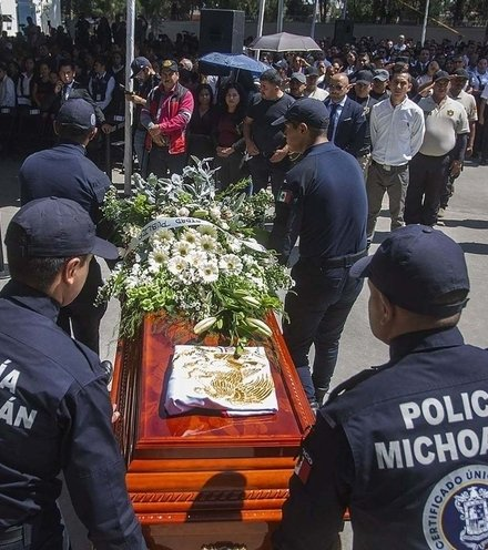 0d8dc3 mexico 13 police burial x220