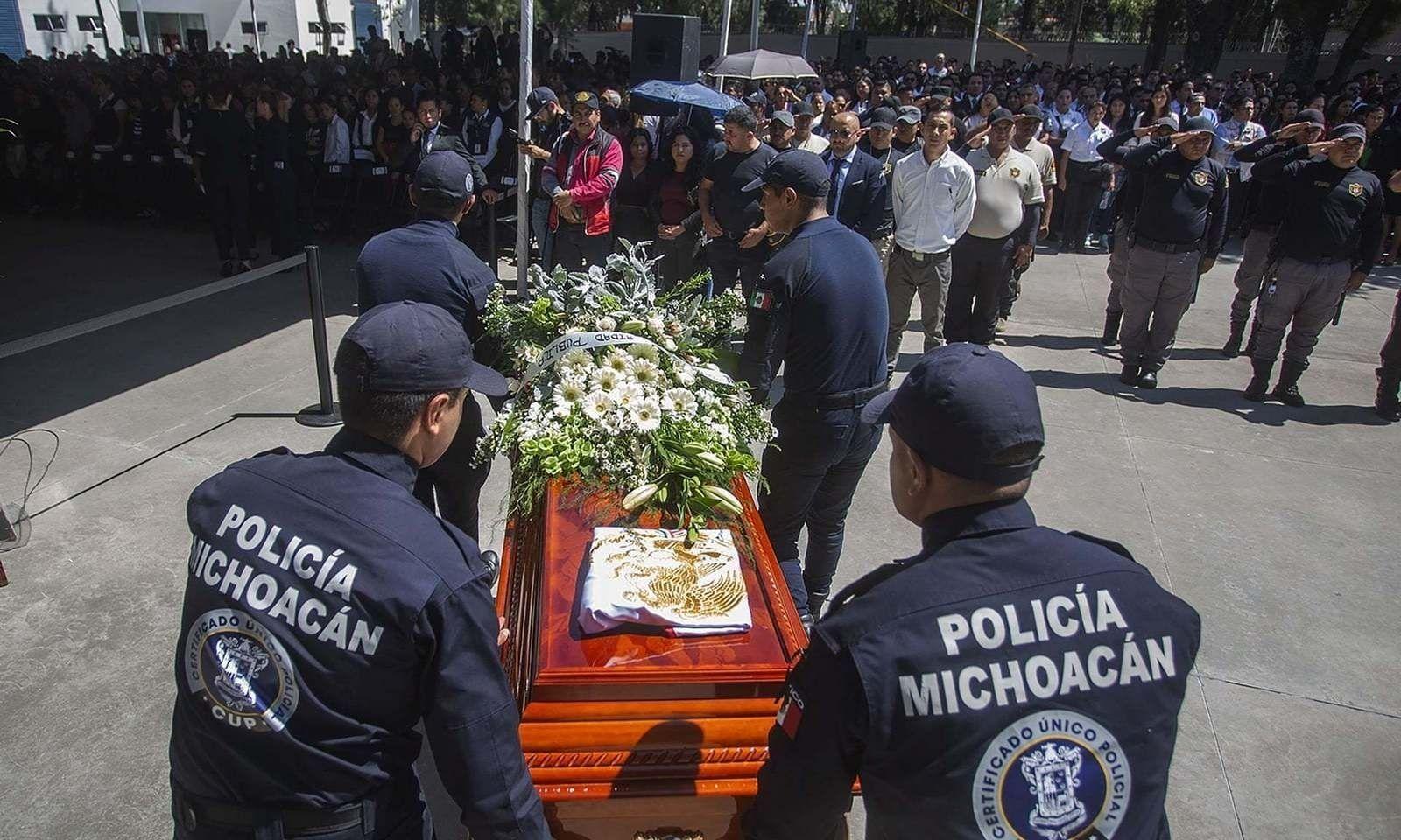Мексик улс мафийн гарт алагдсан 13 цагдаагаа оршуулжээ