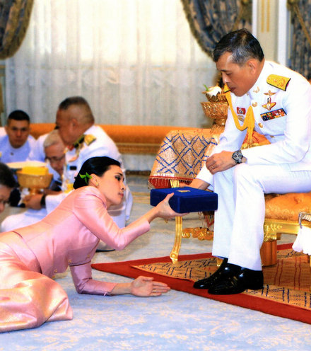 E3f3cf thai king queen 1 x220