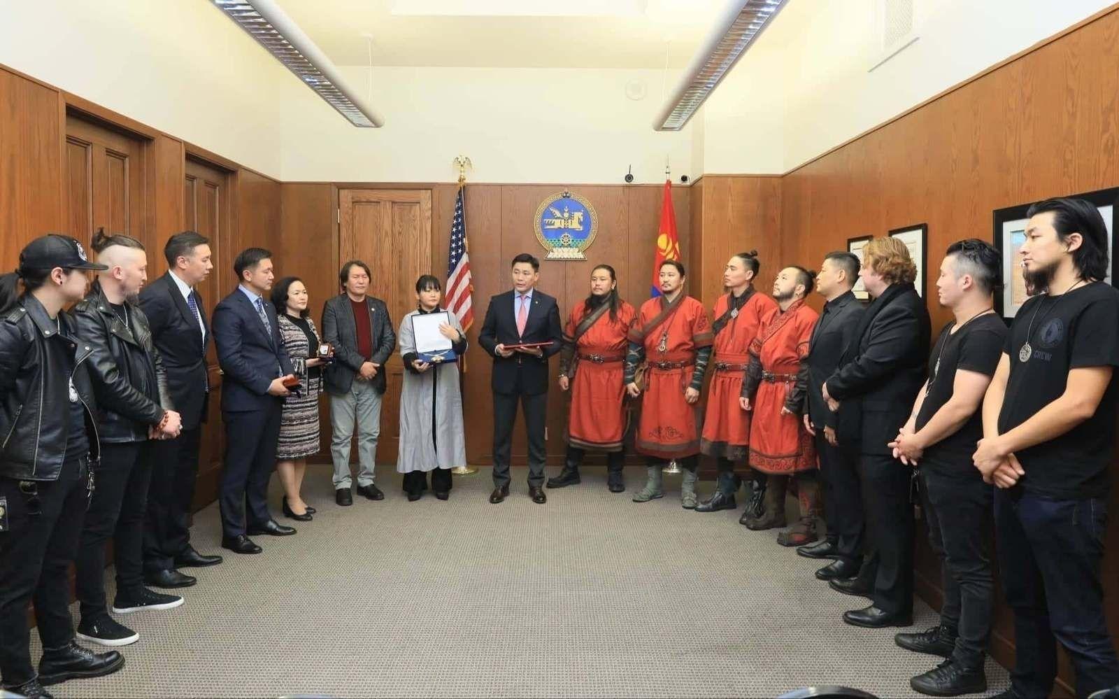 """""""THE HU"""" хамтлагийн АНУ дахь менежерүүд """"Чингис хаан"""" одонгоо гардан авлаа"""