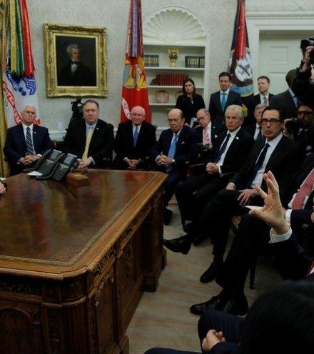 C8a725 trump with trade talk delegations x220