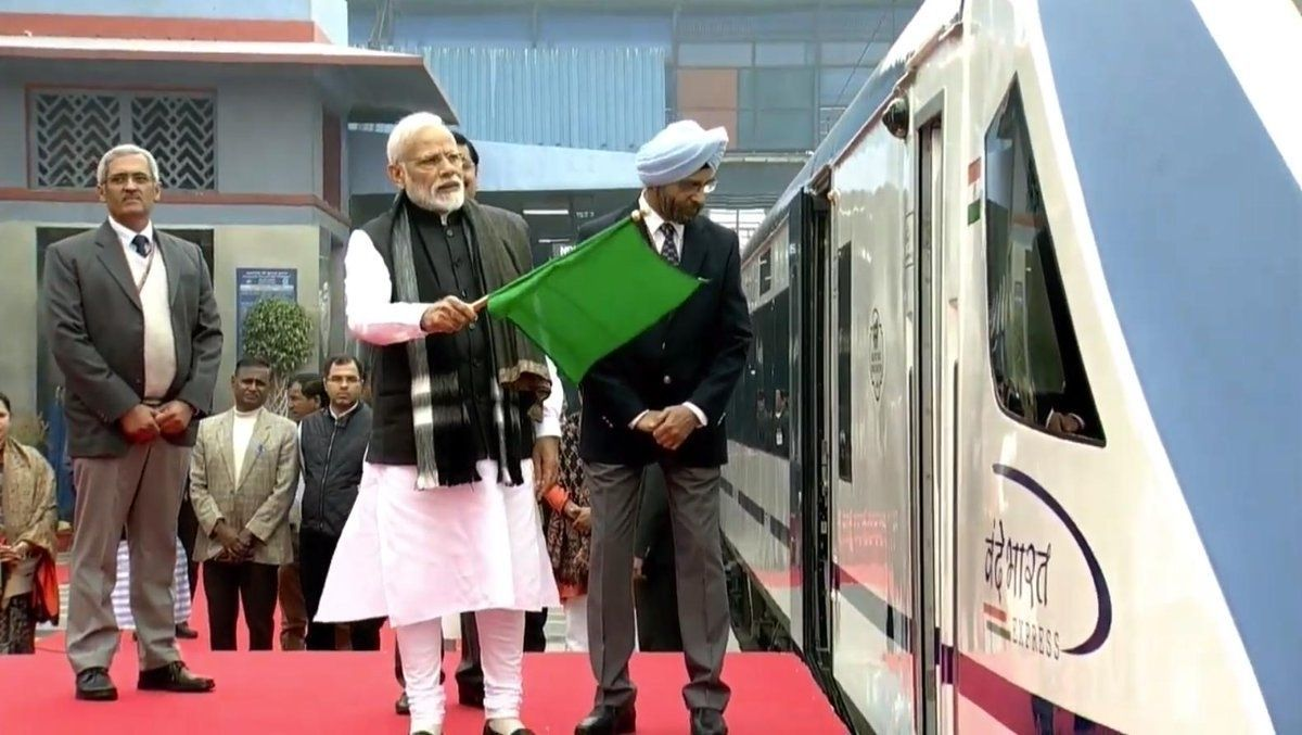Энэтхэгийн анхны хурдан галт тэрэг эхний аяллынхаа замд эвдэрчээ