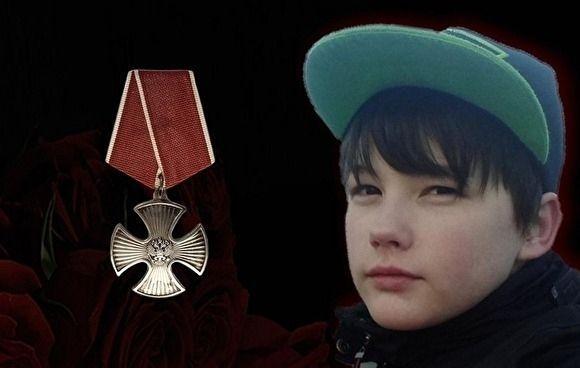Ээжийгээ хамгаалаад амиа алдсан хүүд эр зоригийн одон нэхэж олгох зарлигт В.Путин гарын үсэг зуржээ