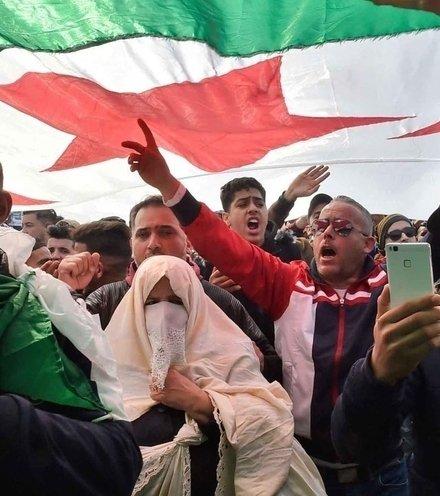 D49ce0 algerian president protest x220