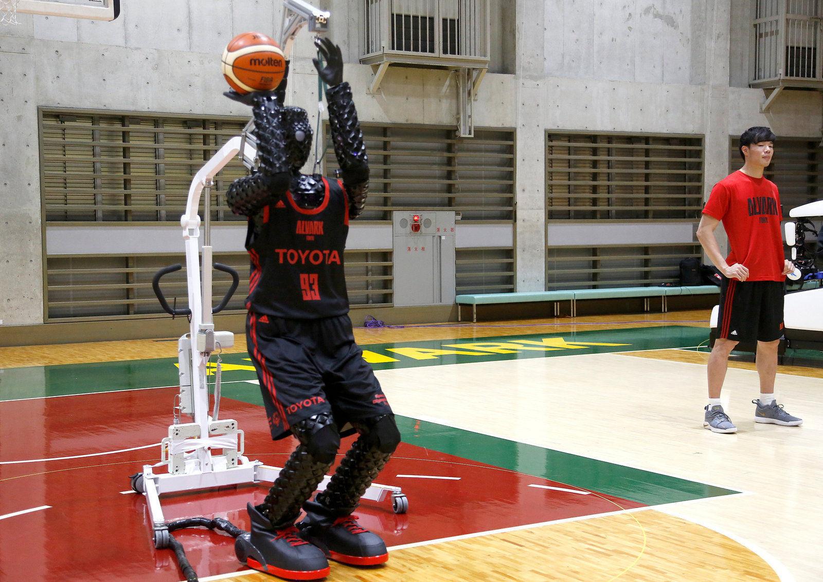 Тоёота компани бүтээсэн сагсчин роботынхоо ур чадварыг танилцуулжээ