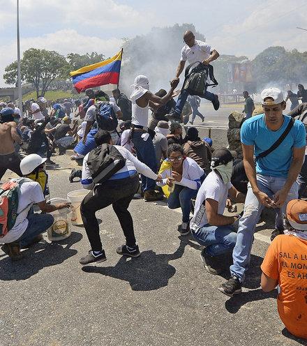 13b5c7 venezuela protest may x220