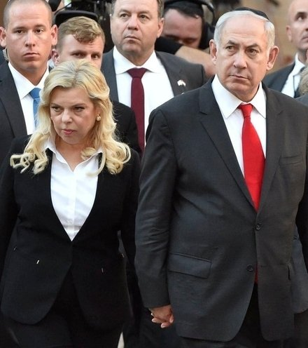 D5e3f8 netanyahu and wife 2 x220