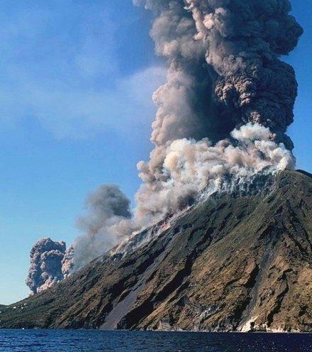 9b7155 stromboli italian volcano x220