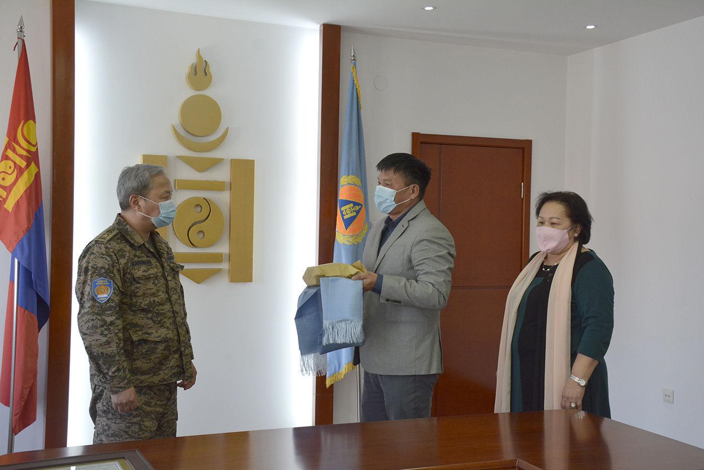 НҮБ-ын ажилтан Т.Батцэцэг Улсын онцгой комисст хандив илгээжээ