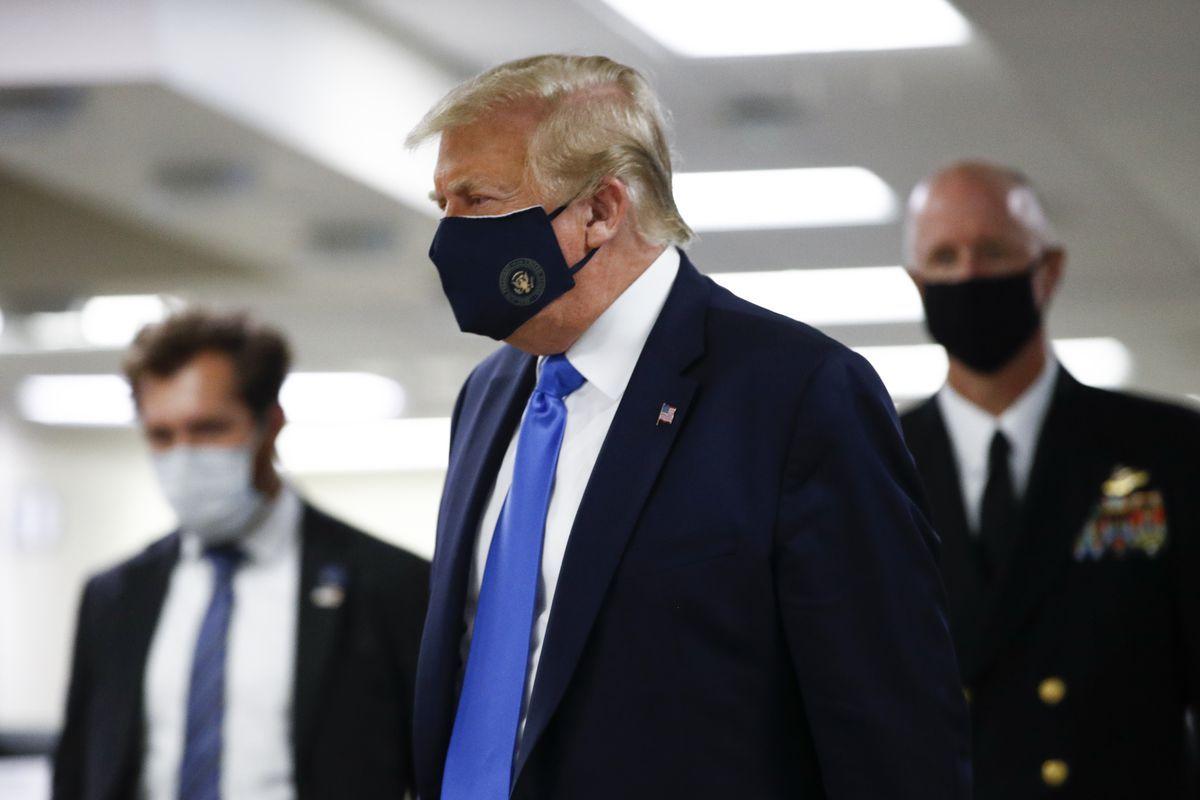 АНУ-д халдварын тоо гурав дахь өдрөө дараалан дээд хэмжээндээ хүрч, Трамп анх удаа амны хаалт зүүлээ