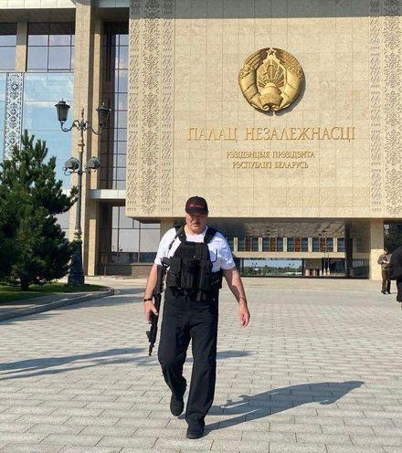 P07d82 lukashenko with gun 2 x220