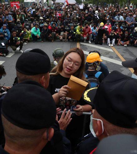 69zwcn thai king protest x220