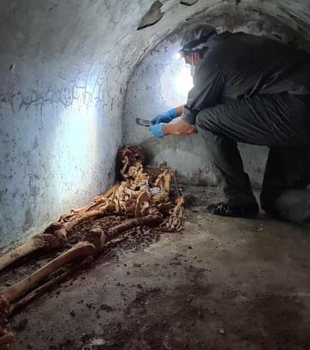E0co7m pompeo burial x220